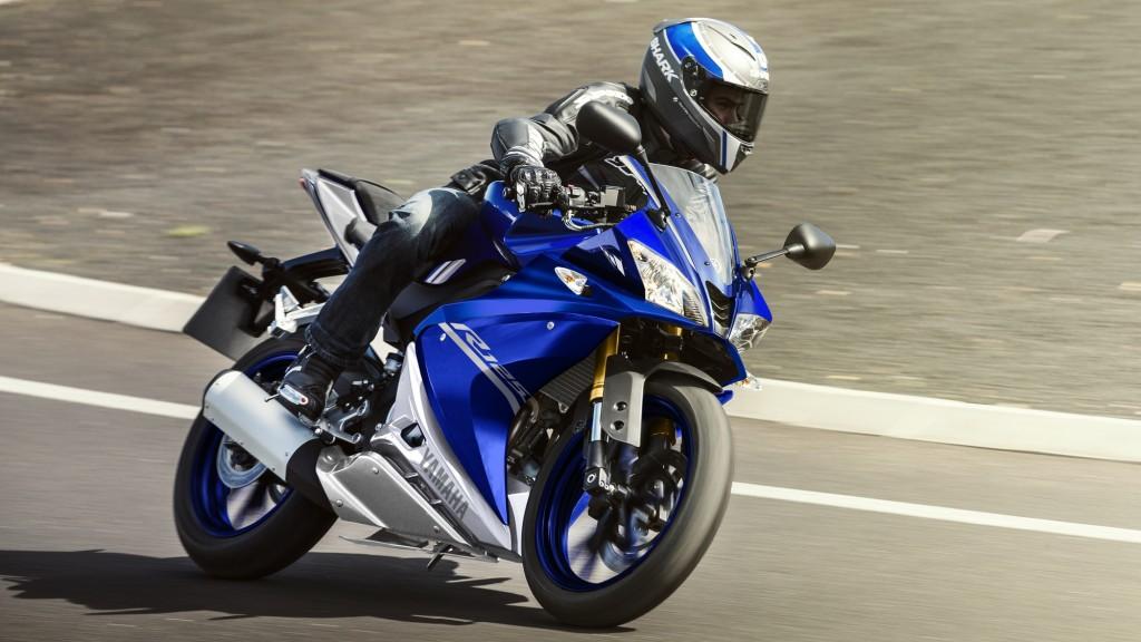 2017-Yamaha-YZF-R125-EU-Race-Blu-Action-003
