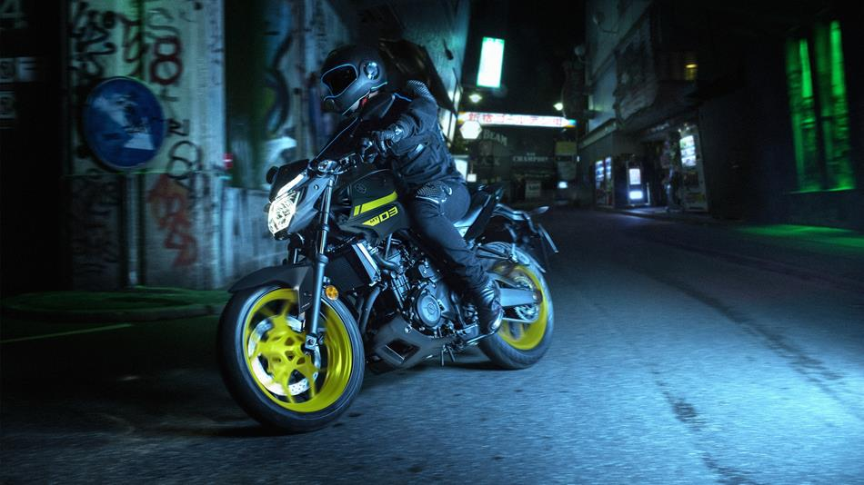 2018-Yamaha-MT-03-EU-Night-Fluo-Action-003